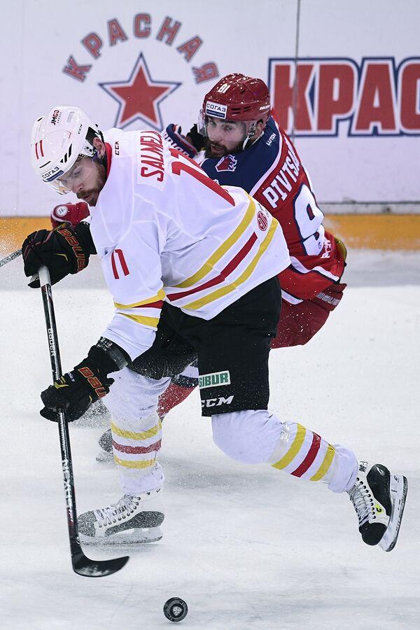 Защитники Куньлуня Ансси Салмела (слева) и ЦСКА Никита Пивцакин