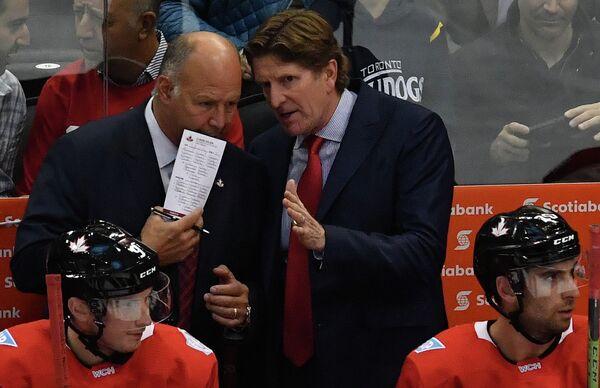 Главный тренер сборной Канады Майк Бэбкок (справа)