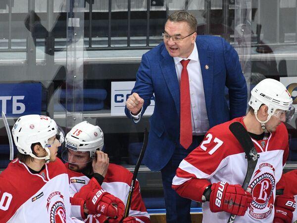 Главный тренер Витязя Валерий Белов (на втором плане)