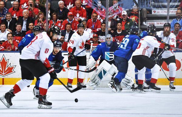 Нападающий сборной Канады Кори Перри и вратарь сборной Европы Ярослав Галак (в центре слева направо)