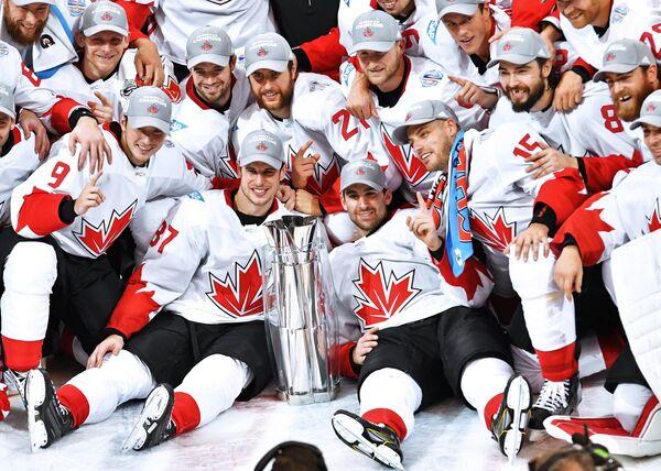 Хоккеисты сборной Канады с Кубком мира по хоккею