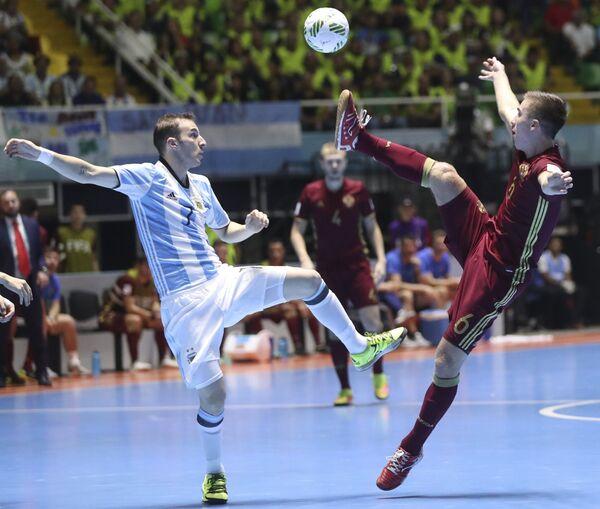 Нападающий сборной Аргентины Леандро Куссолино и форвард сборной России Иван Чишкала (справа)