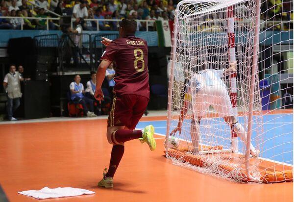 Нападающий сборной России Эдер Лима радуется забитому мячу