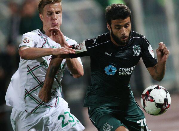 Защитник ФК Рубин Мориц Бауэр (слева) и полузащитник ФК Краснодар Торнике Окриашвили