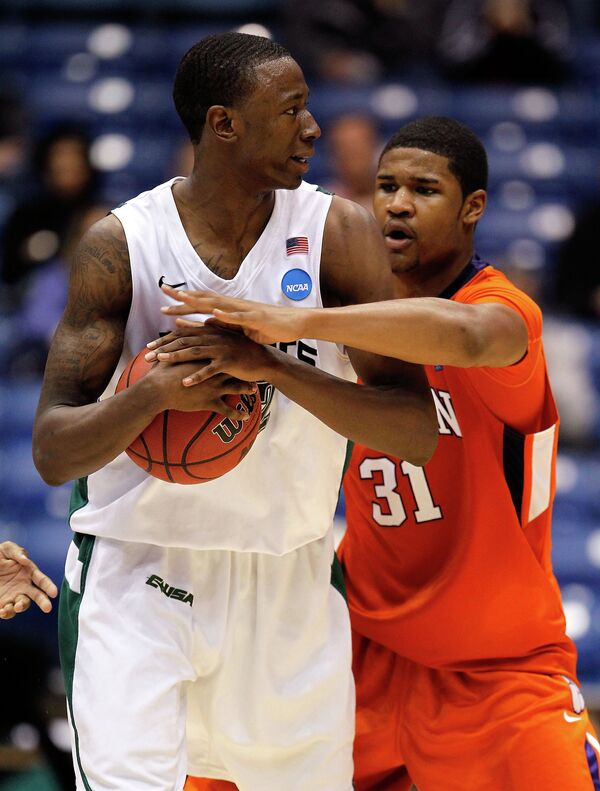 Американский баскетболист Кэмерон Мур (слева)