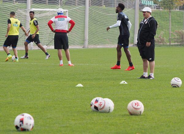 Главный тренер сборной Коста-Рики Оскар Рамирес (справа) во время тренировки