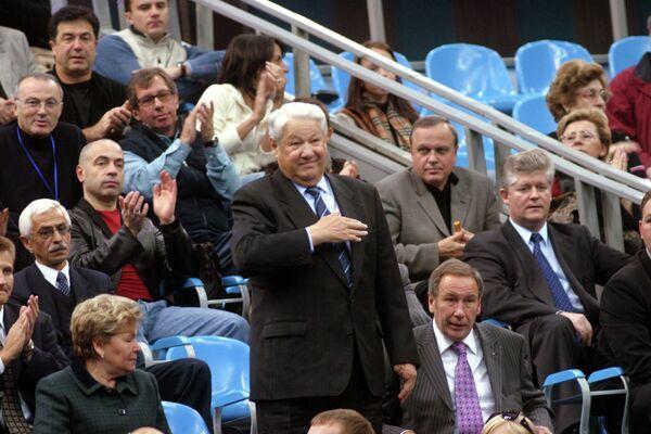 Борис Ельцин (в центре), Наина Ельцина (слева) и Шамиль Тарпищев (справа) на теннисном турнире Кубок Кремля