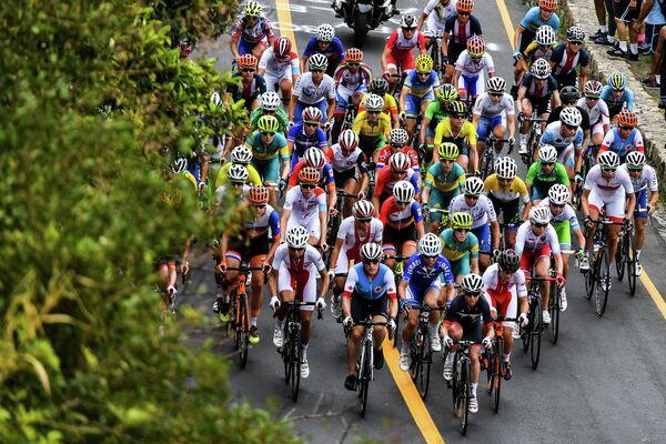 Спортсменки в групповой гонке на соревнованиях по шоссейному велоспорту