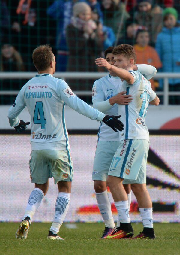 Защитник Зенита Доменико Кришито и полузащитники команды Жулиано и Олег Шатов (слева направо)