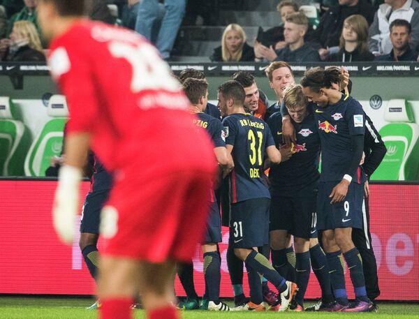 Футболисты Лепцига поздравляют Эмиля Форсберга (второй справа) с забитым голом в ворота Вольфсбурга