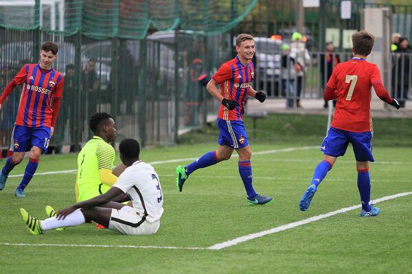 Футболисты ЦСКА (юношеская команда) радуются забитому мячу