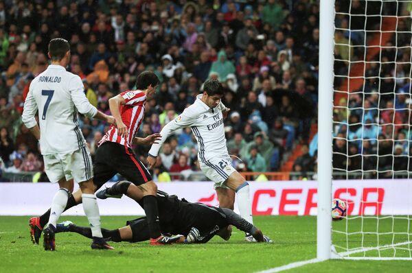 Форвард Реала Альваро Мората (справа) забивает гол в ворота Атлетика