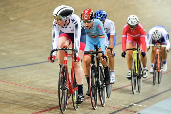 Британская велогонщица Кэти Арчибальд (на первом плане) во время омниума на чемпионате Европы по велоспорту на треке