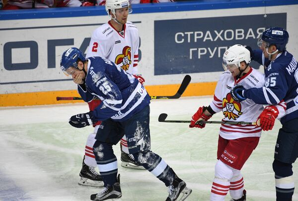 Нападающий Динамо Ансель Галимов (слева)