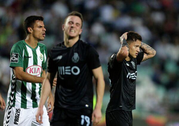 Полузащитник Порту Отавио (справа) в матче против Витории (Сетубал