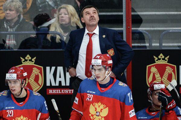 Главный тренер сборной России Олег Знарок (в центре на втором плане)