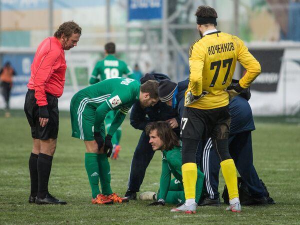 Защитник Томи Виталий Дьяков (в центре) и вратарь Томи Антон Коченков (справа)