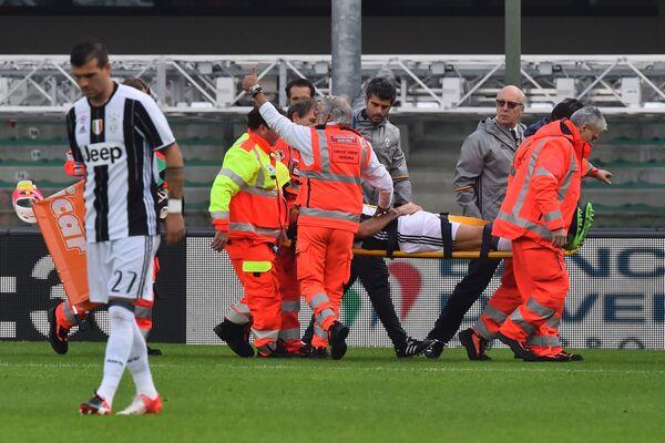 Защитник туринского Ювентуса Андреа Барцальи покидает поле на носилках