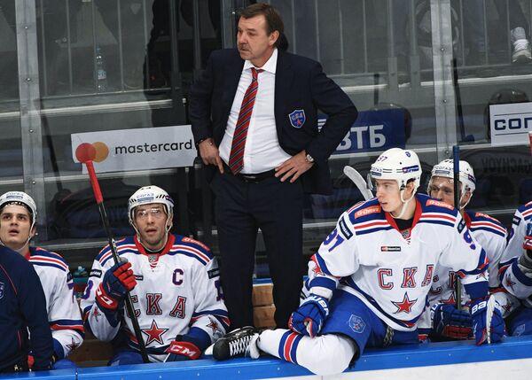 Главный тренер ХК СКА Олег Знарок (в центре)