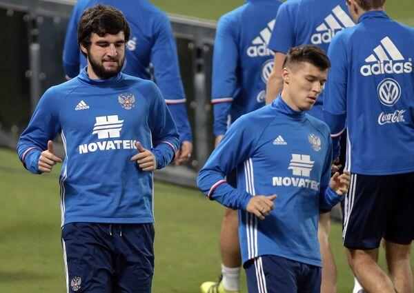 Защитник сборной России пГеоргий Джикия (слева) и нападающий Дмитрий Полоз