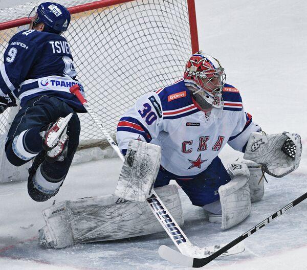 Форвард ХК Динамо Алексей Цветков (слева) и вратарь ХК СКА Игорь Шестёркин