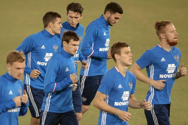 Полузащитник сборной России по футболу Денис Ткачук (второй слева на первом плане)