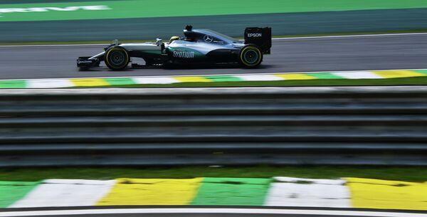 Пилот Мерседеса Льюис Хэмилтон во время первой практики Гран-при Бразилии