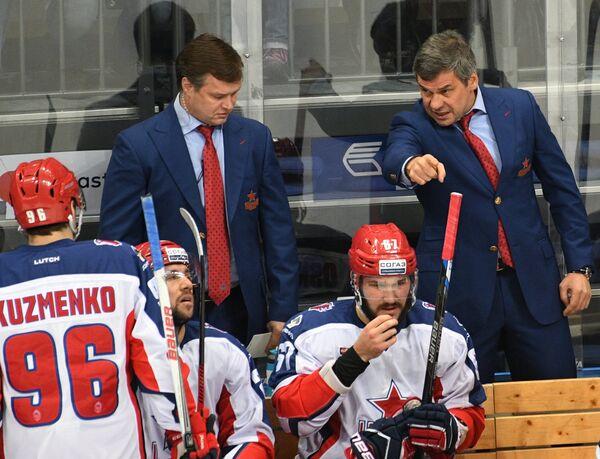 Главный тренер ЦСКА Дмитрий Квартальнов (справа)