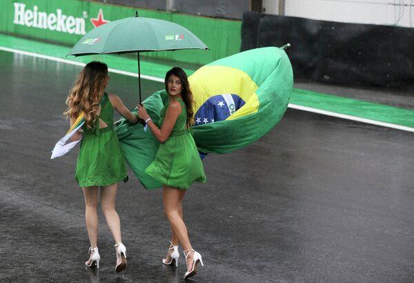 Грид-герлз перед стартом гонки Гран-при Бразилии