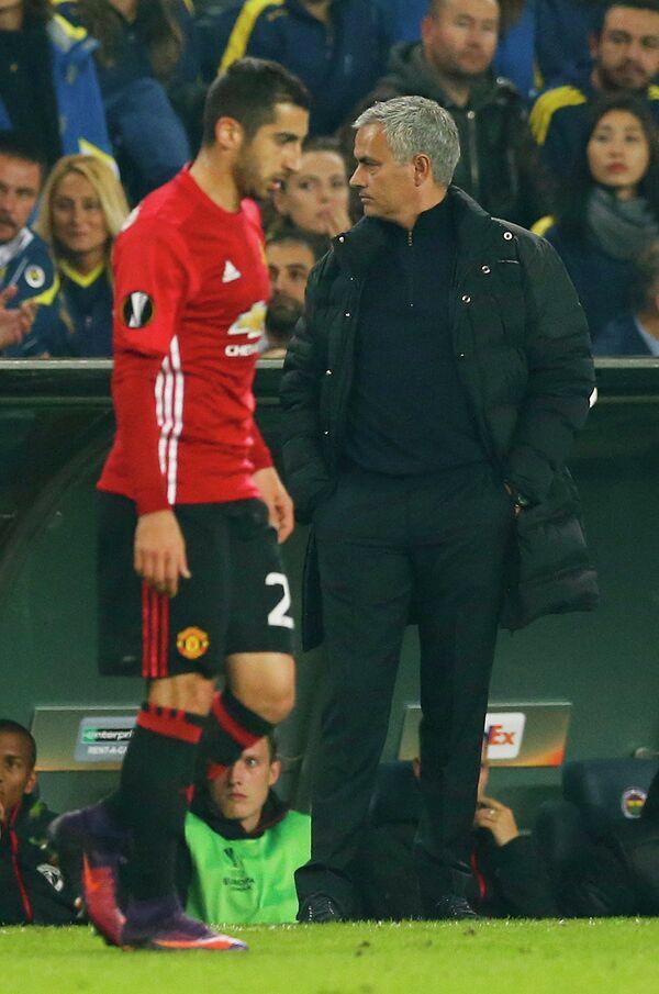Полузащитник Манчестер Юнайтед Генрих Мхитарян (слева) и главный тренер манкунианцев Жозе Моуринью