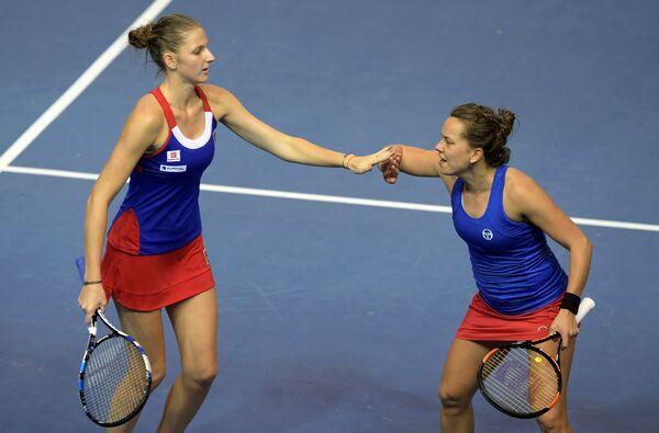 Чешские теннисистки Каролина Плишкова (слева) и Барбара Стрыцова