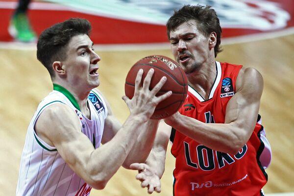 Защитники БК Локомотив-Кубань Евгений Бабурин (справа) и БК Юнион Олимпия Ян Барбарич
