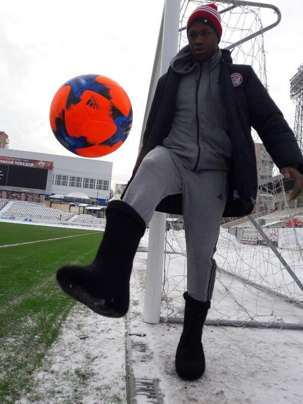 Защитник Амкара Секу Конде в специальных клубных валенках