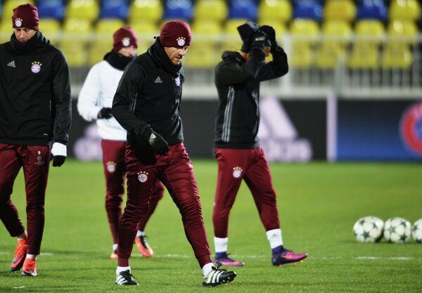 Игроки ФК Бавария Хаби Алонсо (в центре) и Роберт Левандовски (слева)