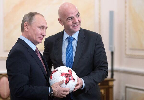 Президент РФ Владимир Путин и президент ФИФА Джанни Инфантино (справа)