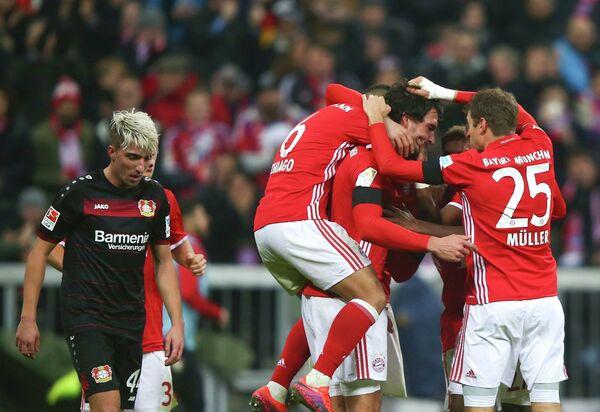 Футболисты Баварии радуются забитому Матсом Хуммельсом мячу