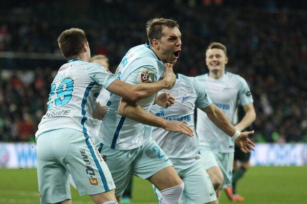 футболисты Зенита Роберт Мак, Артем Дзюба, Евгений Чернов (слева направо) радуются забитому мячу