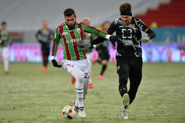 Нападающий Рубина Жонатас (слева) и защитник Арсенала Максим Беляев