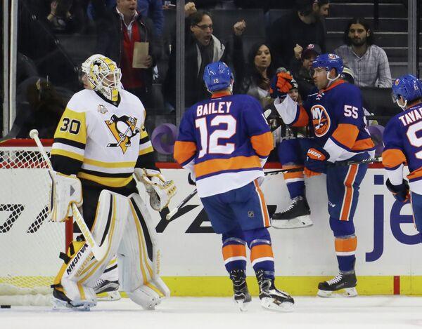 Хоккеисты Нью-Йорк Айлендерс радуются заброшенной шайбе в матче с Питтсбург Пингвинз