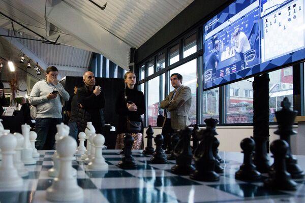 Зрители матча за мировую шахматную корону между норвежцем Магнусом Карлсеном и россиянином Сергеем Карякиным