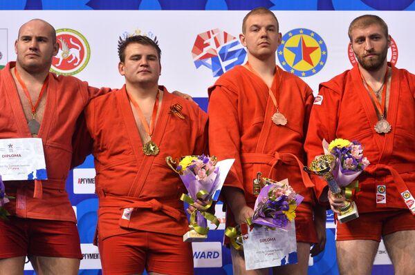 Дмитрий Побережец (второй справа)