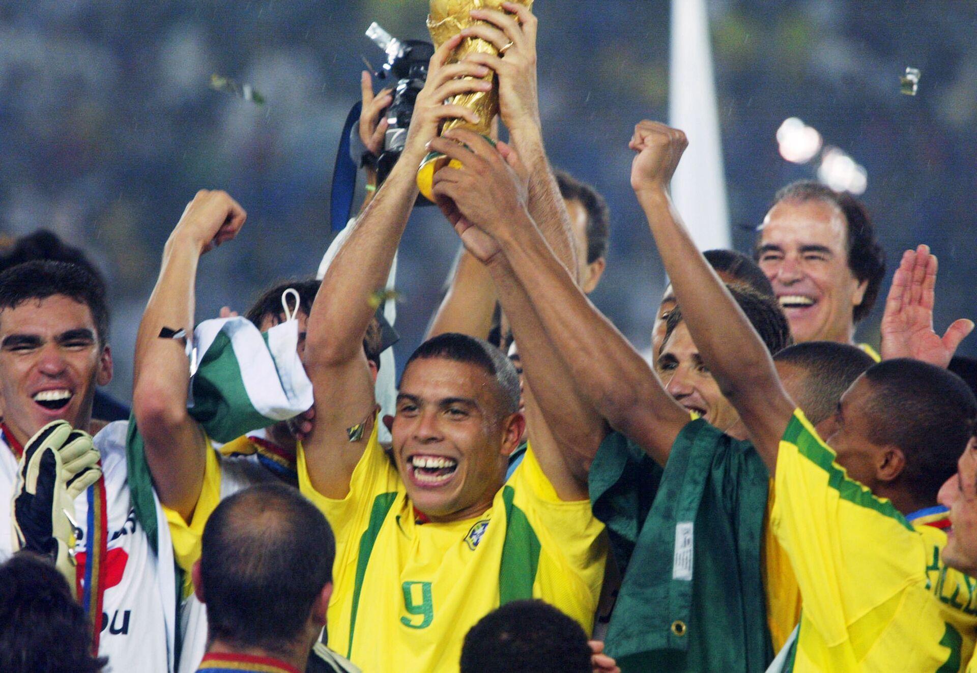 Форвард сборной Бразилии по футболу Роналдо (в центре) (2002 год) - РИА Новости, 1920, 30.03.2021