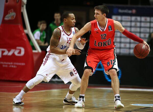 Защитник БК Хапоэль Кертис Джерреллс (слева) и защитник БК Локомотив-Кубань Мэтт Дженнинг