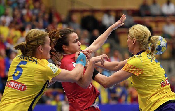Гандболистка сборной России Анна Вяхирева (в центре)