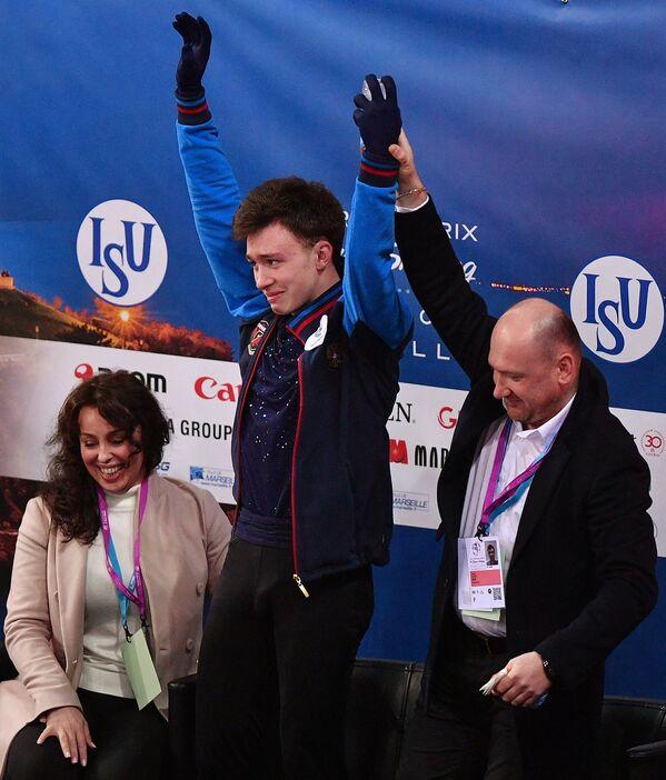 Российский фигурист Дмитрий Алиев (в центре), тренер Евгений Рукавицын (справа) и хореограф Ольга Глинка (слева)