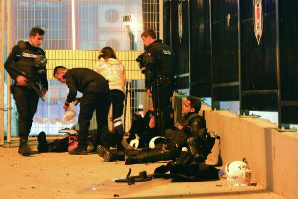 Турецкие полицейские, пострадавшие после взрыва около стадиона клуба Бешикташ