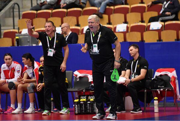Главный тренер женской сборной России по гандболу (справа на переднем плане)