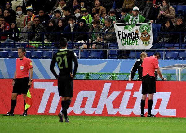Рефери просматривает видеоповтора в полуфинале клубного чемпионата мира между Атлетико Насьональ и Касимой Антлерс