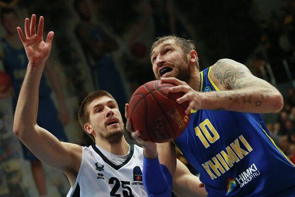 Центровые БК Химки Дмитрий Соколов (справа) и БК Бильбао Иван Бува