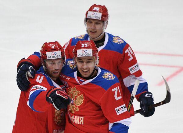 Защитники сборной России Владислав Гавриков и Максим Осипов (слева направо на первом плане)
